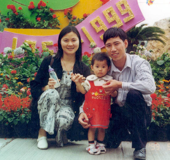 Rao Zhuoyang and Lin Qian with their daughter Deru