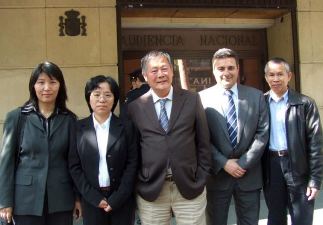 HRLF Attorney Carlos Iglesias (second from right) and democracy activist Wei Jingsheng (center) stand with Falun Gong victims of persecution Lu Shiping, Dai Ying (left), and Li Jianhui (right), after testifying before Judge Moreno as part of his investigation into torture and genocide committed against Falun Gong. May 2, 2009. (Victor Liu/The Epoch Times)