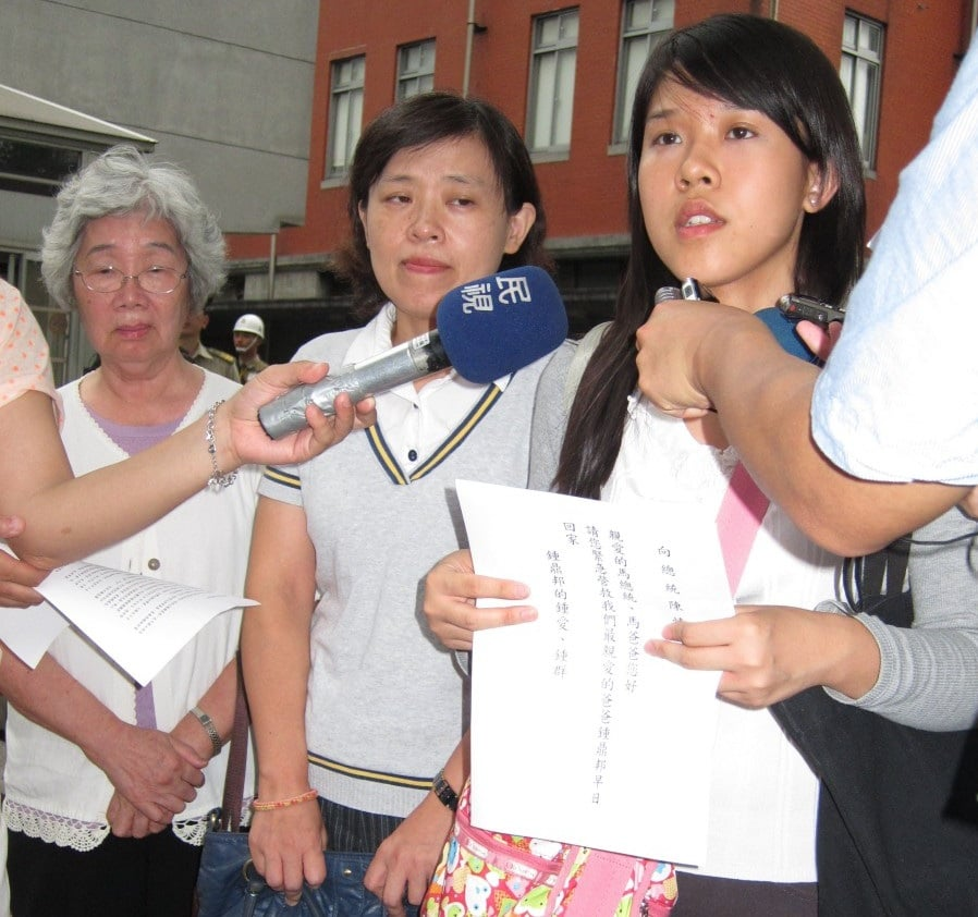Chung's mother, wife, and daughter appeal at the Taiwanese Office of the President on June 27. (The Epoch Times)