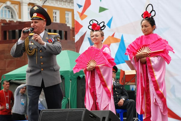 The conductor of the Moscow Police Orchestra introduces local Falun Gong practitioners who performed a traditional Chinese dance during an event on May 27, 2012 in Red Square, Moscow. Under pressure from the Chinese regime, a month later officials in Russia accelerated proceedings to ban the main text of Falun Gong.