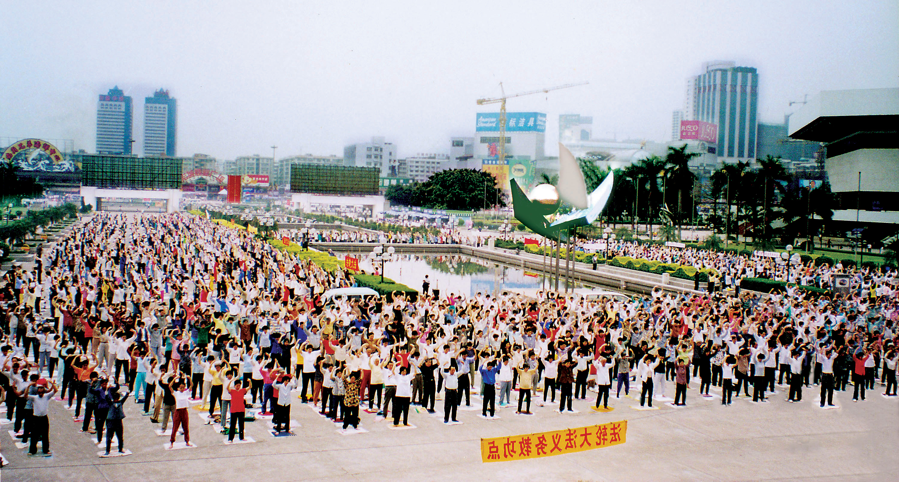 By the mid-1990s, weekend Falun Gong exercise sites with thousands of participants, like this one in Guangzhou, were a common site throughout China.
