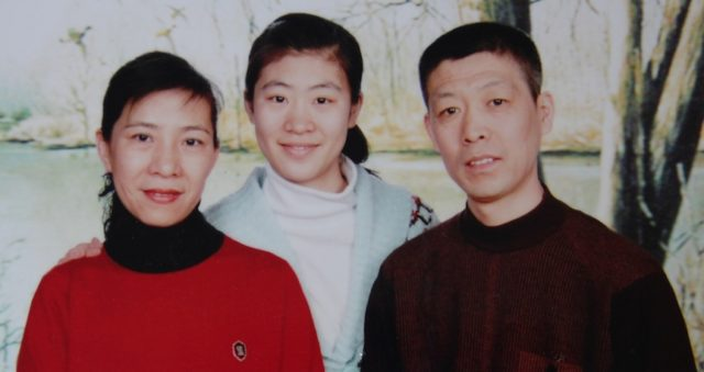 Ms. Liu Junchen (center) and her parents, Zhang Jinghua and Liu Jingli.