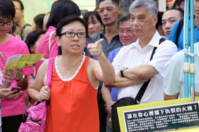 School teacher Ms. Lam Wai Sze defended Falun Gong, and admonished Communist Party-linked aggressors in Hong Kong. (Photo courtesy of Pan Zai Shu/Epoch Times)
