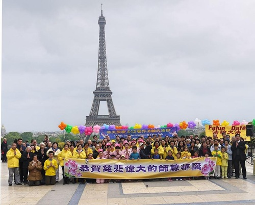 Group photo of the practitioners under the Eiffel Tower