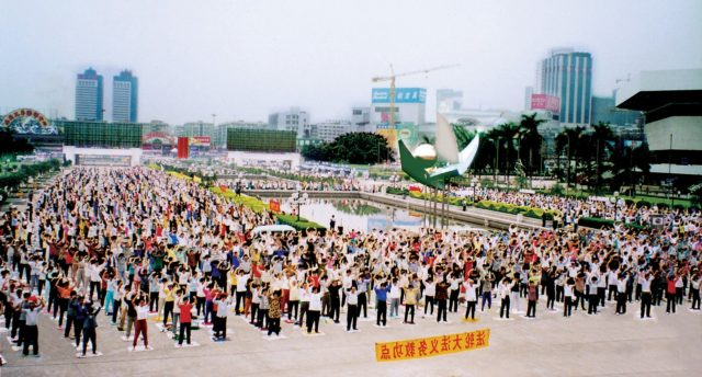 Falun Gong practitioners exercise in Beijing, before the persecution began on July 20, 1999. (Minghui.org)
