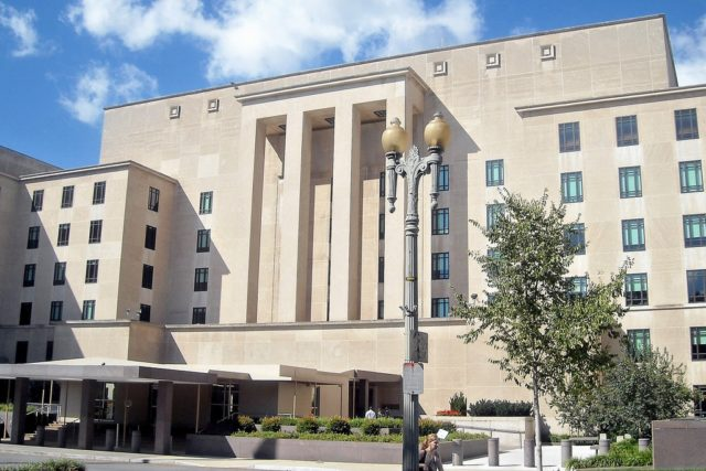 Falun Gong representatives met with U.S. officials at the State Department Headquarters in Washington DC to discuss ways in which to end the persecution of Falun Gong in China.